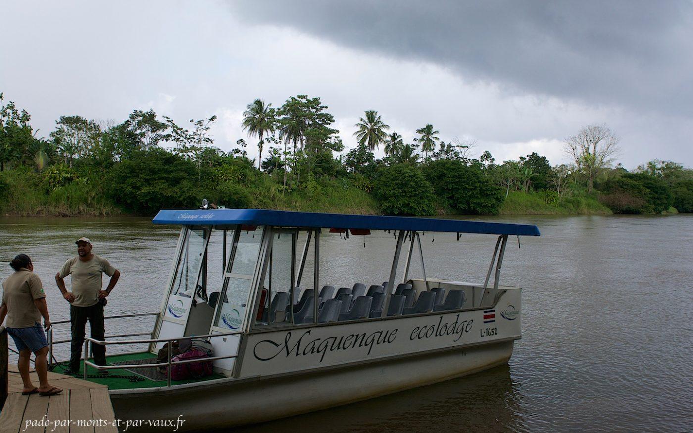 Traversée de la rivière en bateau