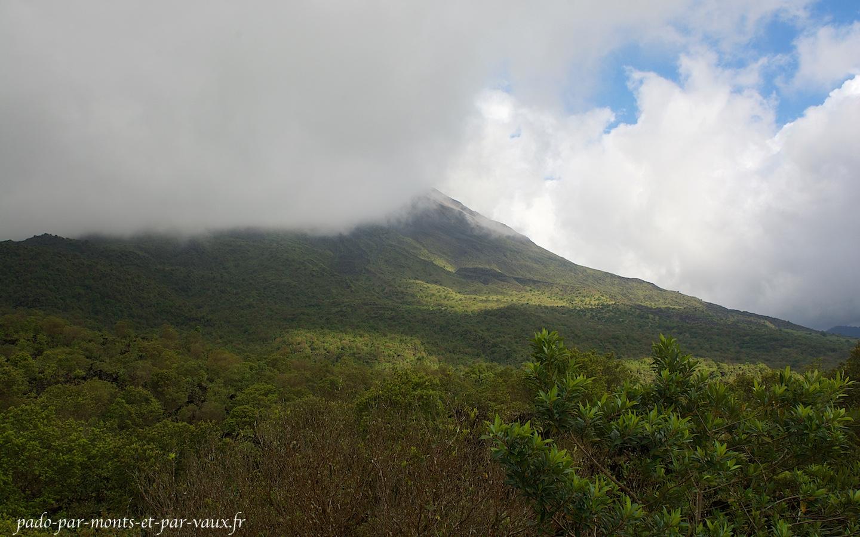 Volcan Arenal dans les nuages