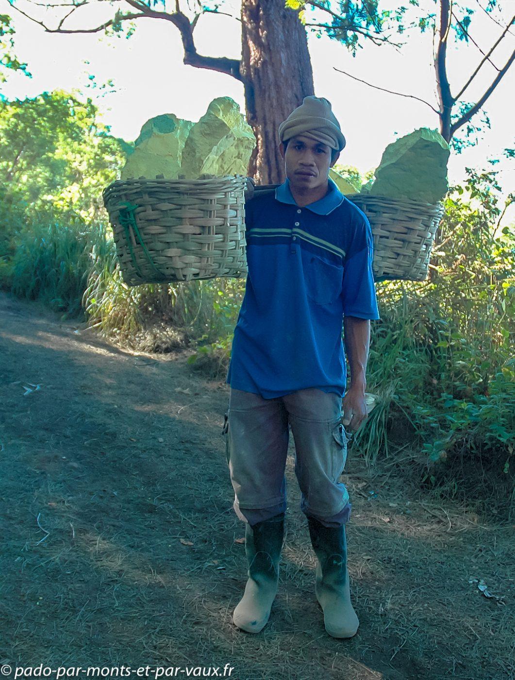 Kawah Ijen - porteur de soufre