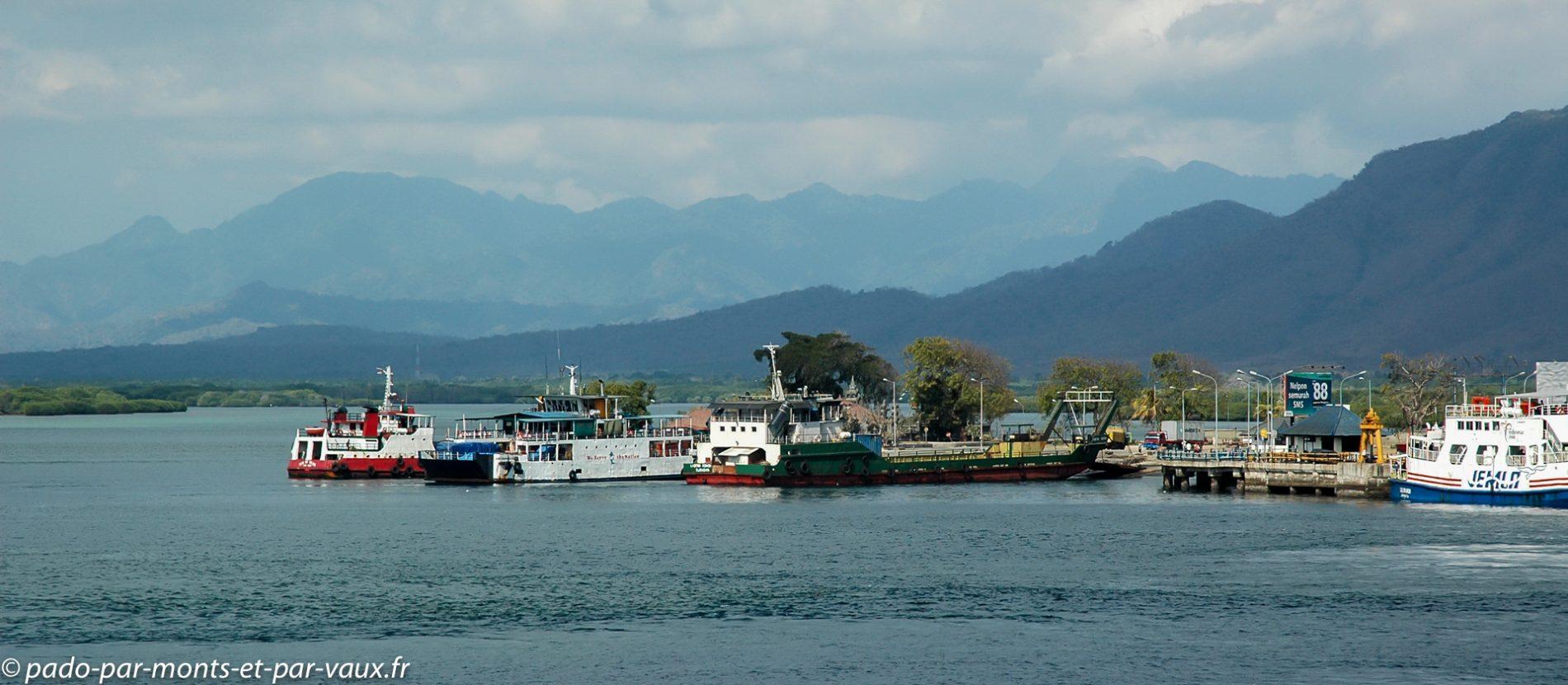 en ferry vers Bali