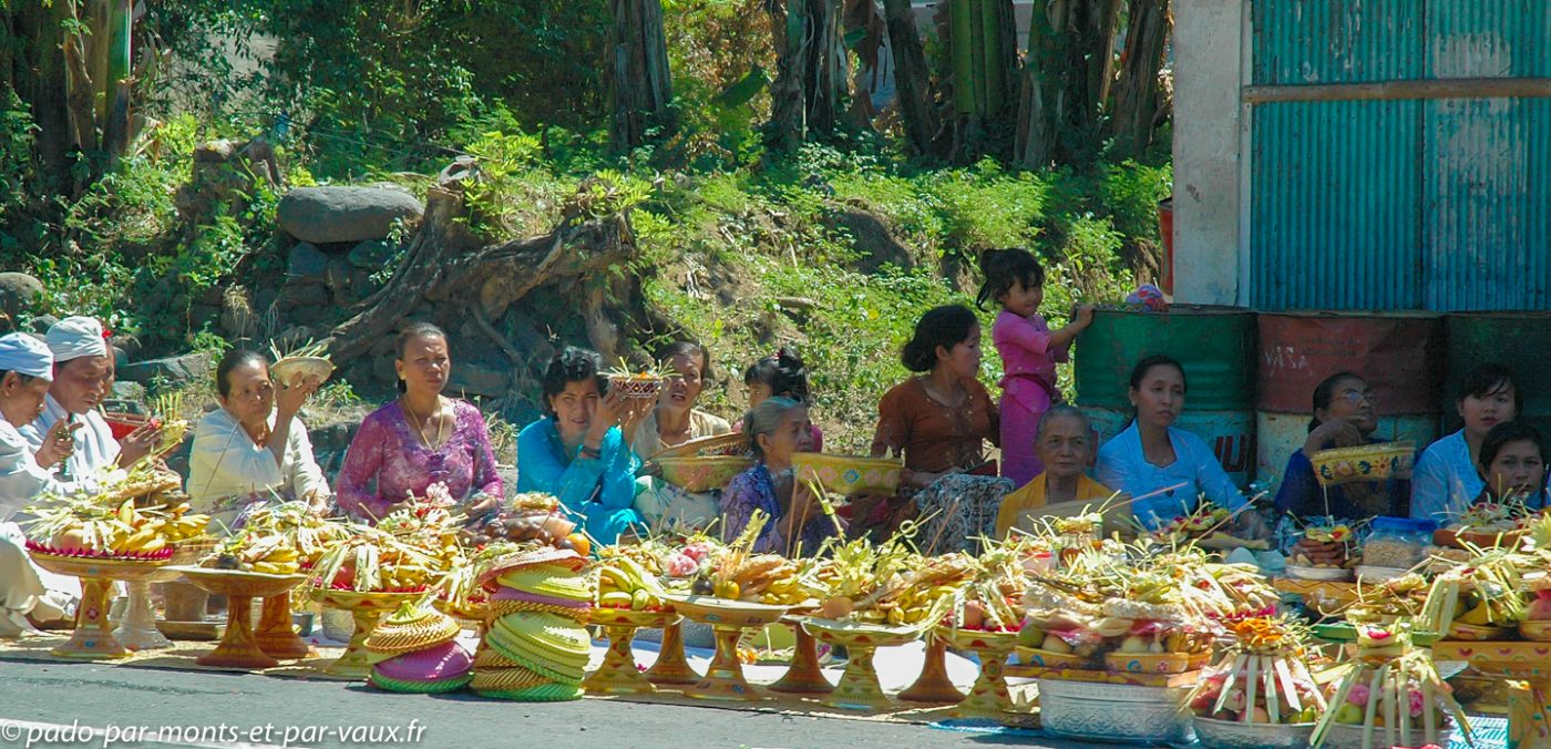 Bali - Sur la route - enterrement