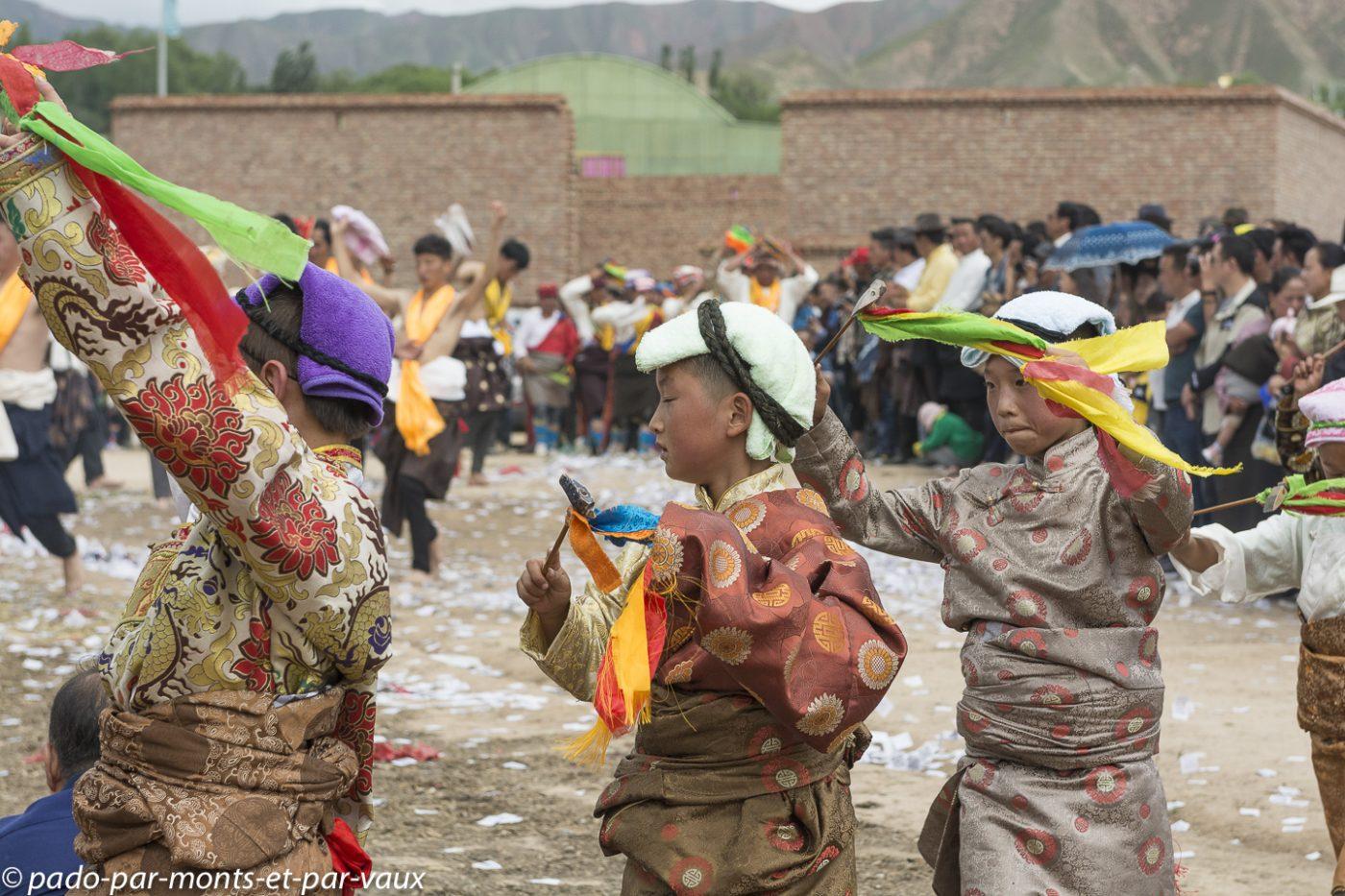 route vers Tongren - fête dans un village tibétain