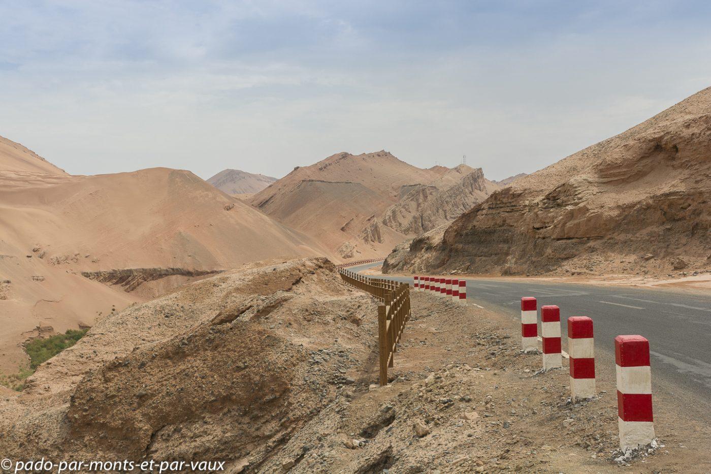 route en direction des grottes de Bezeklik
