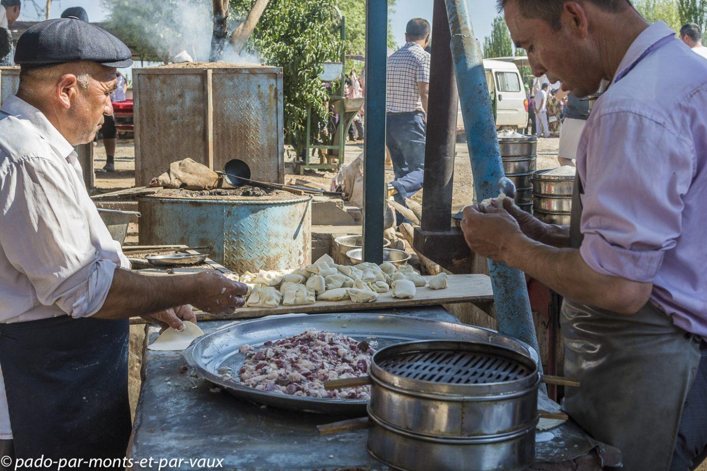 Kashgar - Marché aux bestiaux  - préparation des samsas