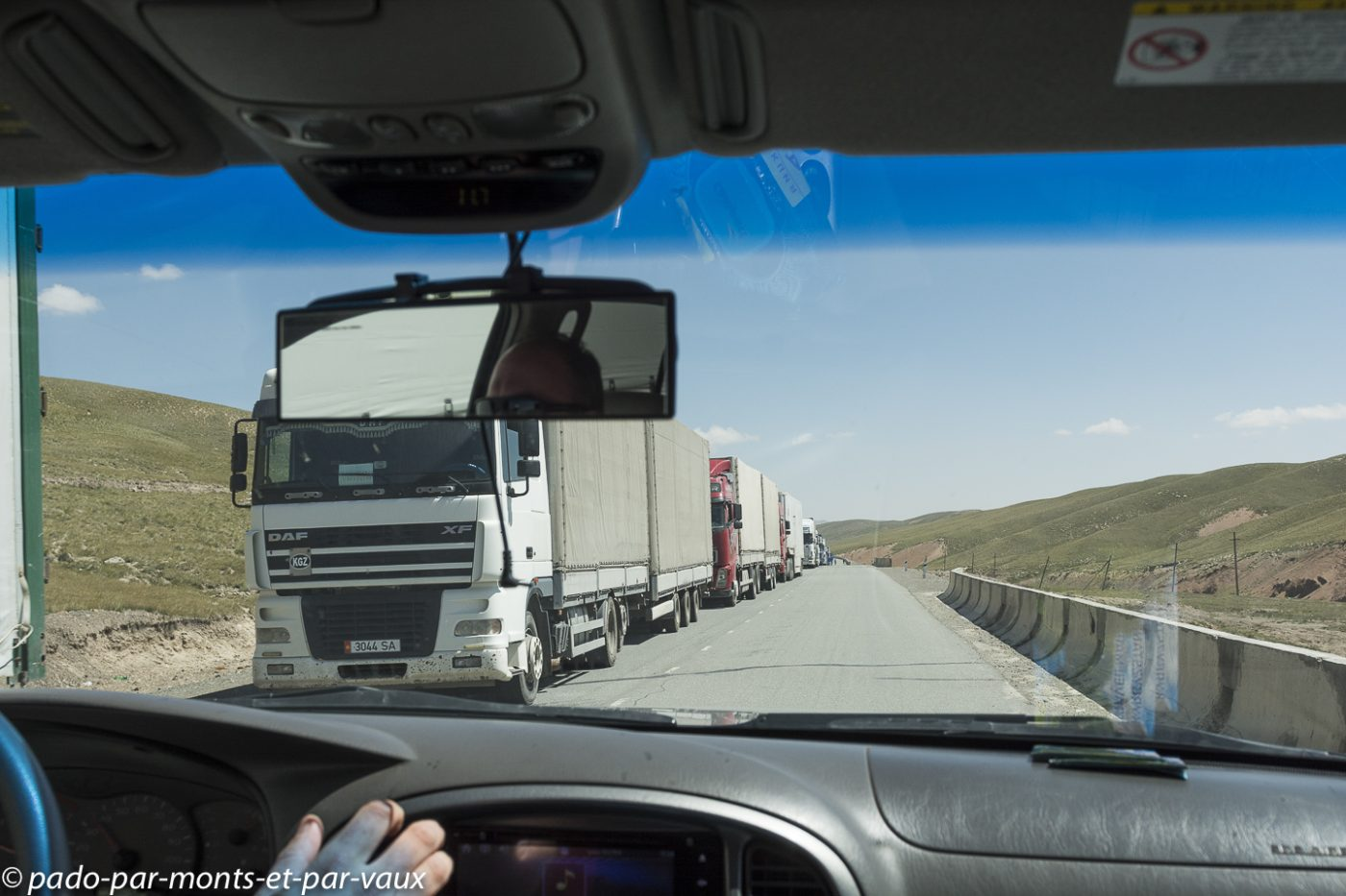 Camions à  la frontière chinoise