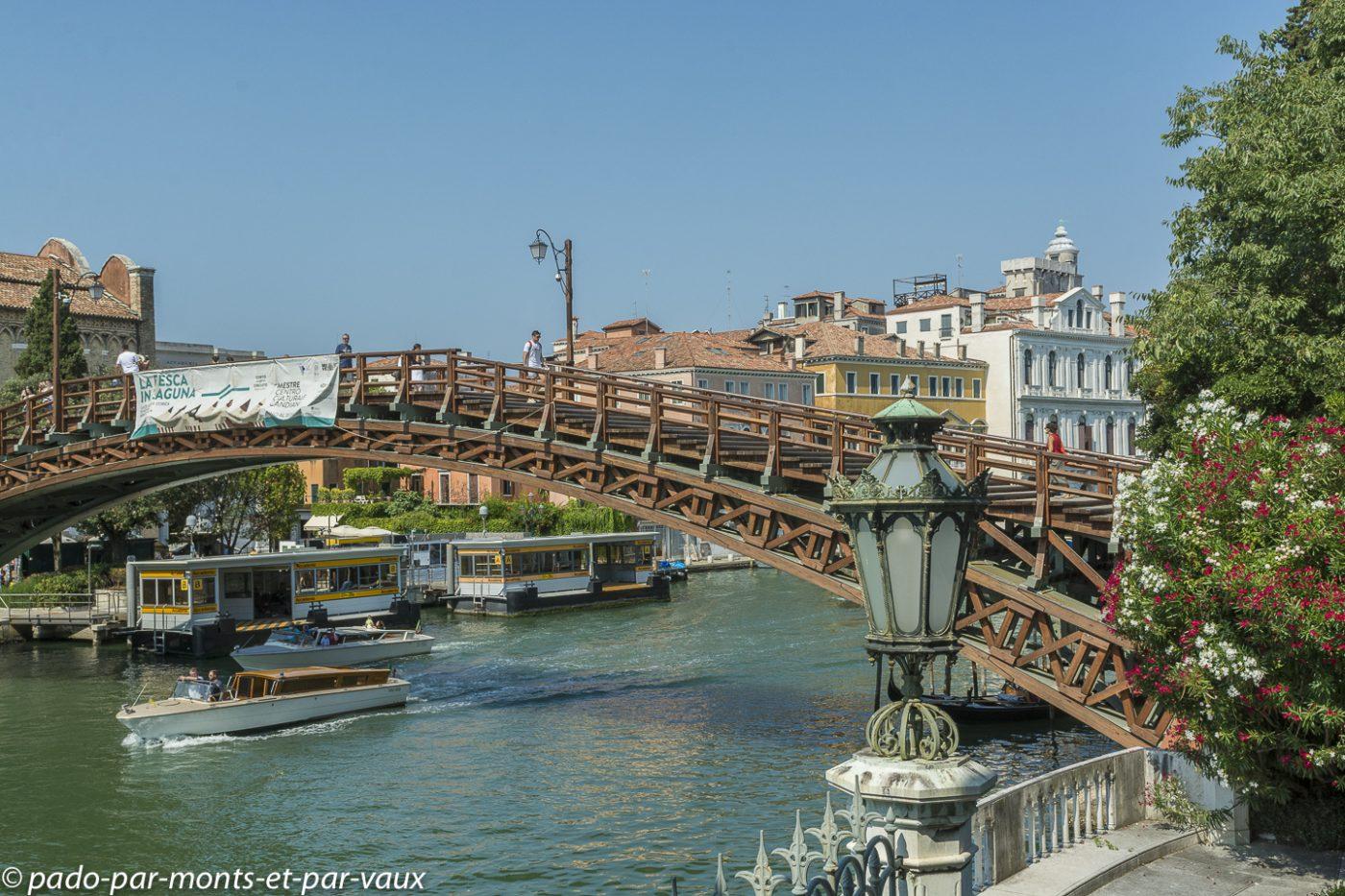 Venise - Palais Cavalli Franchetti - vue sur le pont de l'académie